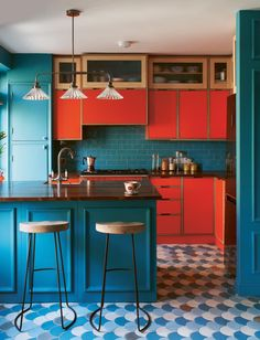 90 Creative Colorful Apartment Decor Ideas And Remodel for Summer Project 63 – Home Design Deco Turquoise, Turquoise Kitchen, Red Cabinets, Colorful Kitchen Decor, Colorful Kitchens, Kitchen Ideas Color, Bright Kitchen Colors, Red Kitchen Decor, Bold Colors