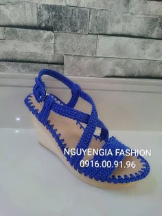 fb: Xuyen Nguyen Diy Crochet Shoes, Crochet Sandals, Knit Shoes, Crochet Boots, Crochet Baby Booties, Sock Shoes, Crochet Clothes, Crochet Flip Flops, Shoe Crafts