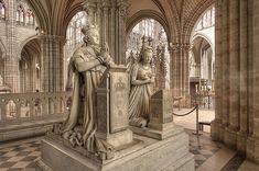 Monumento funerario del rey Luis XVI y la reina María Antonieta, esculturas de Edme Gaulle y Petitot Pierre en la Basílica de los Santos de Denis
