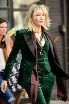 Here Are Sandra Bullock and Cate Blanchett on the Set of Ocean's Eight, Which Appears to Be a Heist Movie About Nice Coats Cate Blanchett, Mode Costume, Velvet Suit, Looks Vintage, Fashion Outfits, Womens Fashion, Fall Outfits, Suits For Women, Ideias Fashion