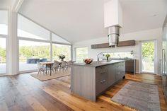 Fristående köksö med extra diskho, induktionshäll samt designköksfläkt i rostfritt | Ballingslöv