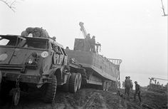 Wagon de Dragon avec Dragon wagon with Pacific Car, Dragon Wagon, Landing Craft, Ww2 Photos, Army Vehicles, Ww2 Tanks, Heavy Truck, Transporter, American Soldiers