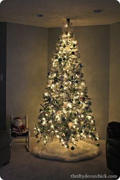 A flocked #Christmas tree...and hundreds of Christmas ideas  #christmastree