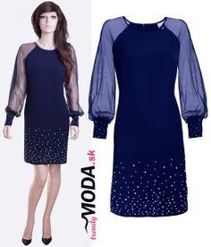 Krásne, elegantné a trendy krátke modré spoločenské šaty so šifónovými dlhými rukávmi, zdobené bielymi gorálkami v podobe perličiek.-trendymoda.sk