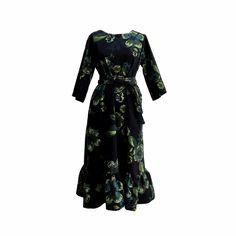 Robe avec imprimé motif Fleurs bleu marine et vert, encolure ronde, manches 3/4, bas froncé, poches latérales avec ceinture assortie.