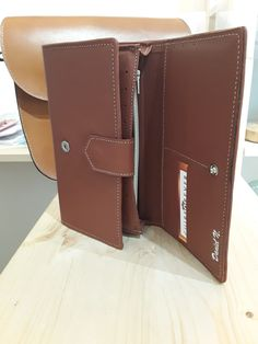 Cuir vachette coloris 'brique'. 3 volets. Fermeture par 2 pressoins. Porte monnaie, porte documents d'identité, Porte-cartes (9 + 6 emplacements),porte-chèques. Coloris à la demande. 140 € Artisan, Wallet, Shutters, Saddle Bags, Brick, Coin Purses, Belt, Boucle D'oreille, Craftsman