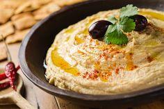 フムスとは茹でたひよこ豆に、練りごま、ニンニク、オリーブオイル、レモン汁を加えてよくすりつぶしたペースト状の料理のことです。トルコやギリシヤ、イスラエルなど中東の国々で伝統的な料理として食べられています。