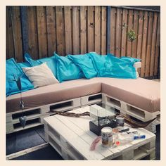 Our self made pallet lounge set in the backyard! Wauzers! :-)
