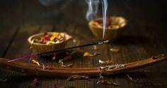 Feito por meio da combinação de materiais de plantas aromáticas e de óleos essenciais, o incenso é um produto que libera uma fumaça perfumada