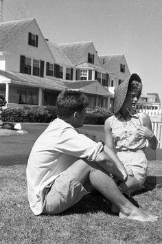 Par Hy PESKIN. JFK & Jackie (recadrage).