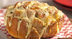 Esta receita incrível leva apenas 20 minutos para ser preparada e mais 20 no forno. O queijo gorgonzola fica supercremoso, enquanto o mozarela derrete dentro do pão italiano. É simplesmente irresistível. Veja o passo a passo para preparar: Leia também: Receita de pão de forma recheado de provolone Receita de pão