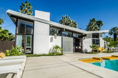 Palm Springs Mid Century Modern tour – Interesting Home Ideas Mid Century Modern Design, Mid Century Modern Furniture, Modern House Design, Midcentury Modern, Modern Homes For Sale, Small Modern Home, Beautiful Architecture, Modern Architecture, Eichler Haus