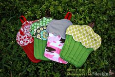 Cupcake Oven Mitt tutorial. A few fabric scraps and 30 minutes is all you need for this cute project!