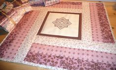 Zimt und Zuckerwatte - Quilt with stitchery by Roswitha Meidl-Danek www. Joy, Quilts, Rugs, Sewing, Pattern, Home Decor, Cotton Candy, Homemade Home Decor, Comforters
