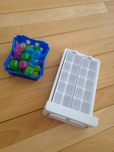 Colocar os cubinhos de gelo nas forminhas.