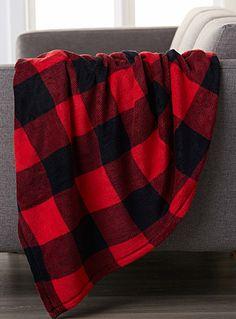 Une exclusivité Simons Maison Le célèbre carreau chasseur redimensionné sur un jeté en douce peluche de polyester facile d'entretien. Combo typique en tons de rouge vif et de noir.