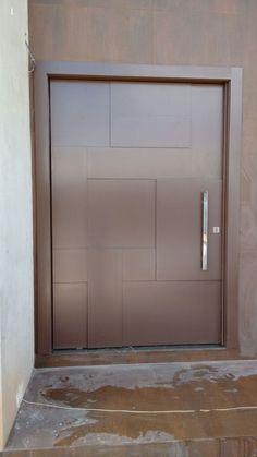 Modelos de Portas: +100 Exemplos para Inspirar seu 2021 Single Door Design, Front Door Design Wood, Front Gate Design, Modern Front Door, Main Door Design, House Front Door, House Doors, Aluminium Door Design, Aluminium Doors