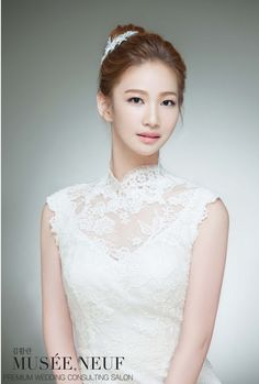 Natural bridal make up - this look is so natural it's almost as if she isn't wearing make up. Porcelain skin with a nude/pinky lip and subtle pinky tones for eyes with natural lashes. I think this is a lovely natural look to suit a Korean bride.