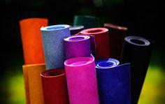 colARTex ist ein neues, veganes Material mit einer tollen Lederanmutung. Es besteht aus einer Mischung aus Zellulose und Latex. Das Material enthält kein Pentachlorphenol, PVC oder BPA und ist weder umwelt- noch gesundheitsschädlich.  In seinen Eigenschaften vereint colARTex den Nutzen von Papier und Stoff und ist absolut reißfest. Erstmalig ist mit colARTex ein Material auf dem Markt, welches in einem extrem breiten Farbspektrum angeboten wird.