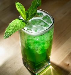 2 ½ oz (75 ml) de licor de Kahlua 1 ½ onzas (45 ml) de licor de menta ramitas de menta