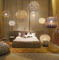 Een romantische sfeer op de slaapkamer, heerlijk om wakker te worden met zacht en warm tapijt onder je voeten.