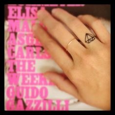 I want! Diamond finger tattoo... <3 #tattoo #diamondtattoo #fingertattoo