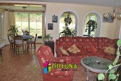 Obývací pokoj sousedící s jídelním koutem