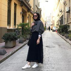 2,848 Beğenme, 18 Yorum - Instagram'da SB (@senanurbostan) Hijab Casual, Ootd Hijab, Hijab Fashion, Fashion Outfits, Womens Fashion, Hijabi Girl, My Style, Pose, Clothes