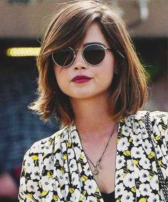 mid neck length hair therighthairstyles Hair Type Thick Layered Haircut with Medium Layers Medium layers around the crown will offer yo. Round Face Haircuts, Hairstyles For Round Faces, Vintage Hairstyles, Pretty Hairstyles, Hairstyle Ideas, Short Hair With Bangs For Round Faces, Short Hairstyles With Fringe, Bang Haircuts, Hairstyles 2018
