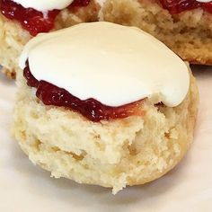 Fabulous 3 Ingredient Lemonade Scones with Slow Cooker Recipe version A simple Lemonade Scone recipe with just 3 ingredients! Includes directions for cooking in the slow cooker - the result, a deliciously moist scone! Slow Cooker Desserts, Slow Cooker Cake, 3 Ingredient Scones, 3 Ingredient Recipes, Dessert Simple, Lemonade Scone Recipe, Easy Desserts, Dessert Recipes, Food Cakes