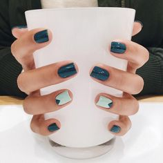 Nails, nails, nails. #oliveyourmani SGT : Black Onyx (Kendra Scott) ⭐️⭐️ Check out our Instastories ⭐️