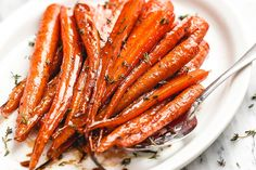 Honey Balsamic Roasted Carrots – Caramelized in a sweet and sticky garlic honey Balsamic glaze, these roasted carrots are the perfect side dish for your Sunday roast or an easy side for a hol… Vegetarian Recipes Dairy Free, Vegetarian Side Dishes, Healthy Side Dishes, Vegetable Side Dishes, Healthy Salads, Oven Roasted Carrots, Steak And Broccoli, Sunday Roast, Carrot Recipes