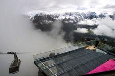 Sicht auf die neue Plattform «Skyline-Walk» der Schilthornbahn auf 2677 Meter über Meer in Birg oberhalb Mürren. (Donnerstag, 14. August 2014)