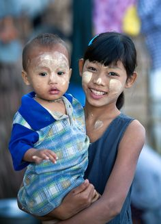 Myanmar children thanaka