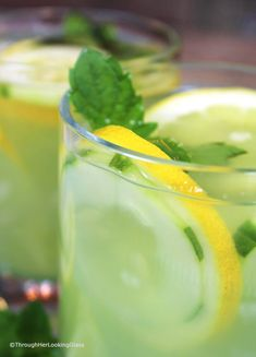 Cucumber Lemonade with Mint is a refreshingly all natural drink on a hot day. Fresh squeezed lemonade combines with cucumber juice and muddled mint! Cucumber Lemonade, Healthy Lemonade, Hard Lemonade, Pink Lemonade, Cucumber Juice, Healthy Drinks, Healthy Eating, Healthy Recipes, Pink Drinks