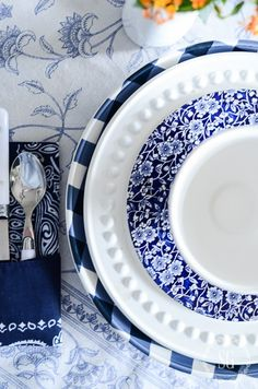 Super farmhouse kitchen blue and white 61 ideas Blue And White Dinnerware, Blue Dinnerware, Farmhouse Table Runners, White Dishes, Blue Dishes, Blue And White China, White Farmhouse, Modern Farmhouse, Dinner Sets