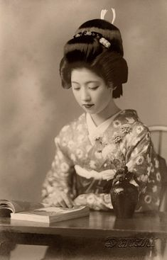 Vintage picture of Geiko Toba of Kyoto reading a book in Before World War not only Maiko, but also fully-fledged Geiko and Geisha still used their own hair to create their hairstyles; so the luxurious hairstyle Geiko Toba is wearing in this. Geisha Samurai, Geisha Art, Geisha Japan, Japanese Kimono, Japanese Girl, Old Photos, Vintage Photos, Memoirs Of A Geisha, Japan Art