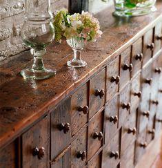 ¿Cómo saber si un mueble está en buen estado?  Asegúrate de que no presenta agujeros sospechosos ni serrín que pudieran indicar la presencia...
