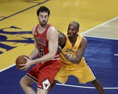 Pau Gasol leva a melhor sobre Kobe Bryant no duelo entre Bulls e Lakers (Foto: EFE)