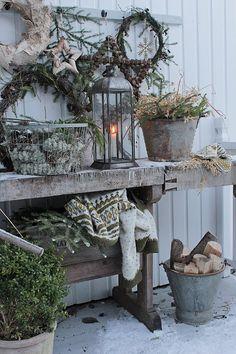 🌟Tante S!fr@ loves this📌🌟Naturlig vinterpynt ! Christmas Garden, Nordic Christmas, Christmas Porch, Primitive Christmas, Outdoor Christmas Decorations, Country Christmas, Winter Garden, Xmas, Christmas Images