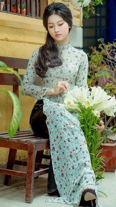 Vietnamese Traditional Dress, Vietnamese Dress, Traditional Dresses, Vietnamese Clothing, Dress Neck Designs, Indian Designer Outfits, Beautiful Asian Girls, Beautiful People, Ao Dai