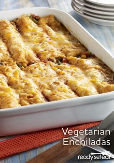 Refried beans, zesty tomatoes, chopped spinach, corn and cheese makes a flavorful filling for vegetarian enchiladas Vegetarian Buffet, Vegetarian Recipes Dinner, Mexican Food Recipes, Meatless Recipes, Healthy Recipes, Spinach Enchiladas, Vegetarian Enchiladas, Easy Weeknight Meals, Easy Meals