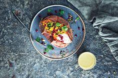 Green Kitchen Stories tarjoaa maukkaan kasvisreseptin - uunibataatit intialaisella linssitäytteellä.
