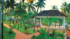 Yoga au Nikki's N'est - hôtel ayurveda - directement sur l'océan Indien sur la plage de Kovalam entouré d'une petite forêt de cocotiers avec un monastère pas loin.  http://www.spadreams.fr/pas-cher/inde/sud-ouest-de-linde-kerala/trivandrum/nikkis-nest/ #yoga #inde #SpaDreams #ayurveda