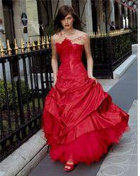 Fantasia, Suzanne Ermann  Une robe de mariée bustier en satin duchesse marquée à la taille, toute en volutes, pour celles qui rêvent de légèreté et transparence.Lien : mariageschics.com