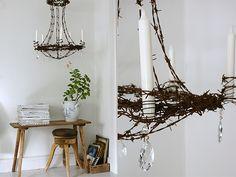 Ljuskrona gjord av rostig taggtråd