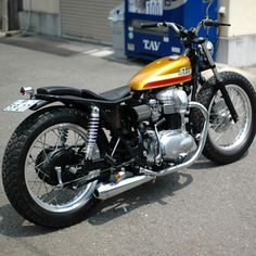 Kawasaki W650 custom with gold tank by Jet Customs