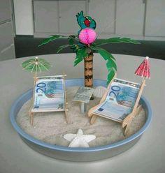 Geld liebevoll verpacken  unter  Palmen   auf der  Strandliege