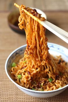 Ramen Noodles with Spicy Korean Chili Dressing. There's a site to order spicy Korean chili seasoning. Use with whole wheat linguine instead of Ramen. Think Food, I Love Food, Vegetarian Recipes, Cooking Recipes, Healthy Recipes, Yummy Recipes, Cooking Tips, Spicy Ramen Noodles, Korean Noodles