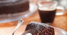 Mutakakku on syntisen suklainen ja mehevä herkku. Tällä reseptillä leivot ihanan herkullisen kakun. Katso myös VIDEO, kuinka mutakakku valmistuu!